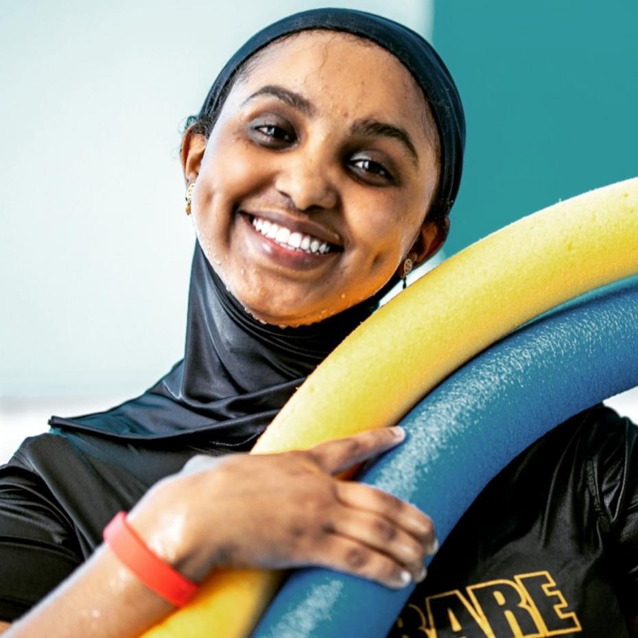 Muna Idow med sitt företag Mermaid UF har simmat ända in i SM-finalen för Ung Företagsamhet, som avgöres på videolänk tisdag 19 maj.