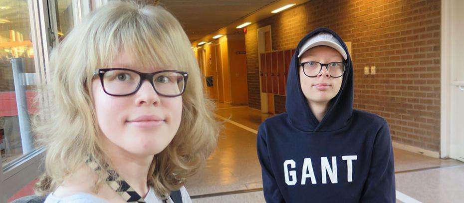 Clara och Elias ute i koridorren