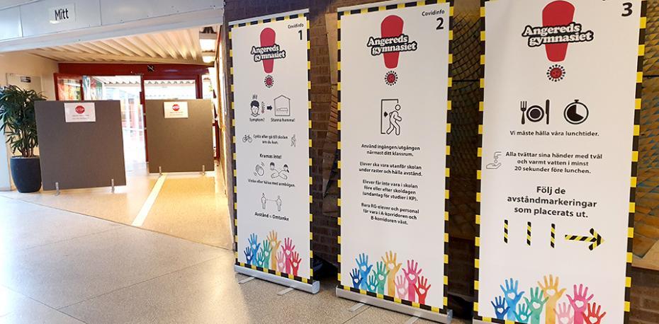 Skyltar med coronarestriktioner i skolan och avspärrningen till Riksgymnasiet