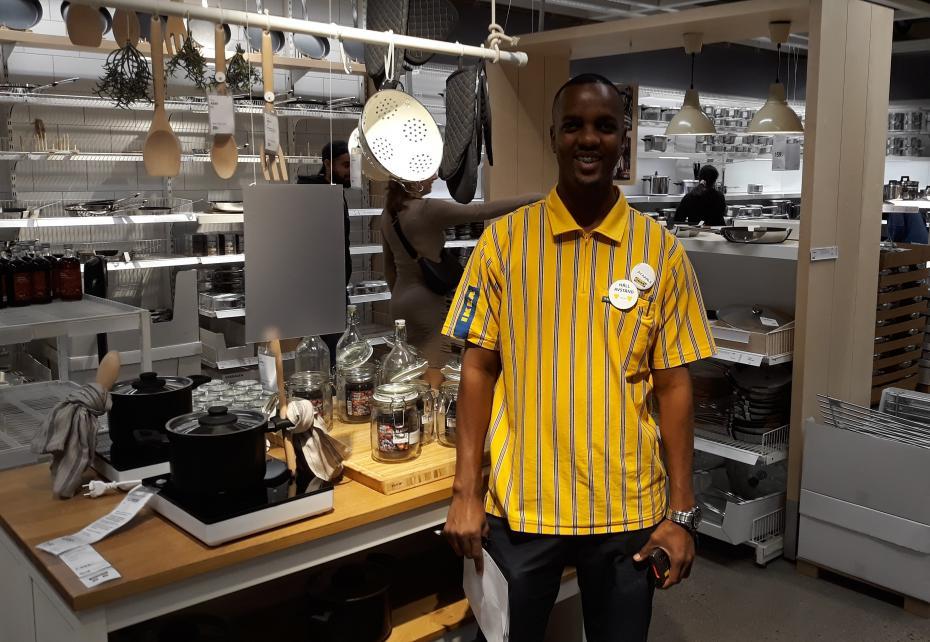 Nu är det Ayaanle från Handelsprogrammet som regerar på IKEAs köksavdelning i Bäckebol.