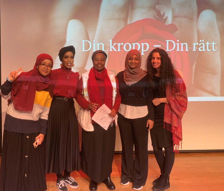 Hafsa Mohamed, Ayaan Mahamud, Jamila Musse, Naciimo Hasan och Nedzmija Rifati från Hela Blomman tillsammans kring ett allvarligt tema.