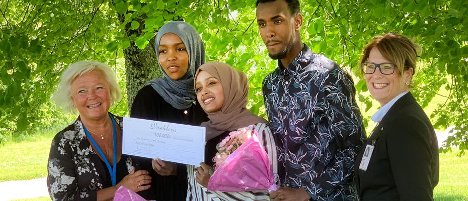 Carina Liljesand (L) tillsammans med Fatima Afarah, Nacimo Hasan, Yonis Abdi och regionfullmäktiges ordförande Annika Tännström (M)