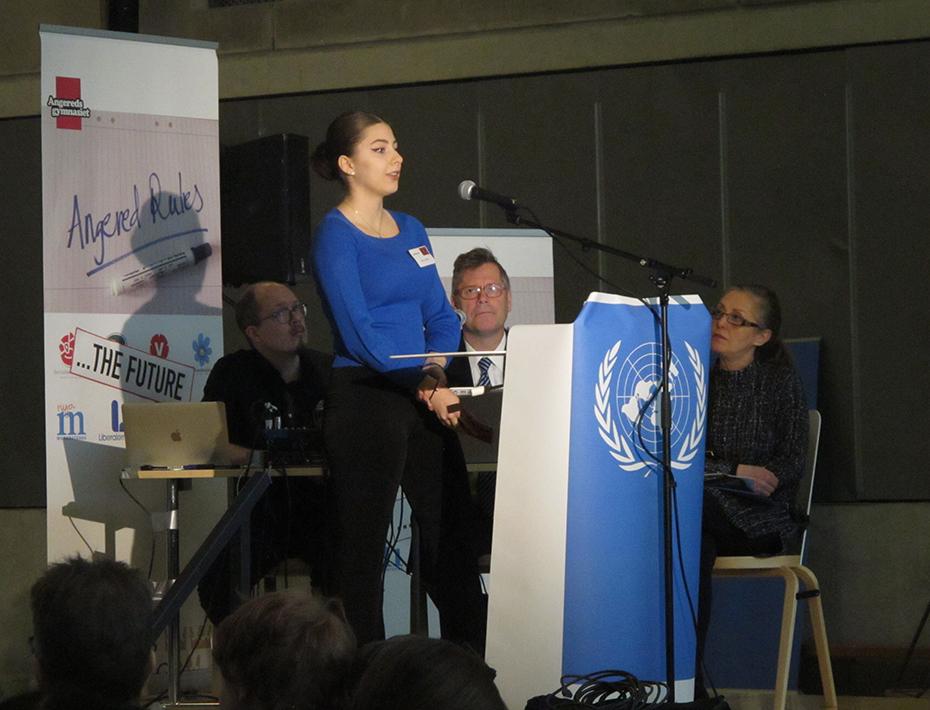 Selma Spahiu håller inledningstal för Maldiverna.