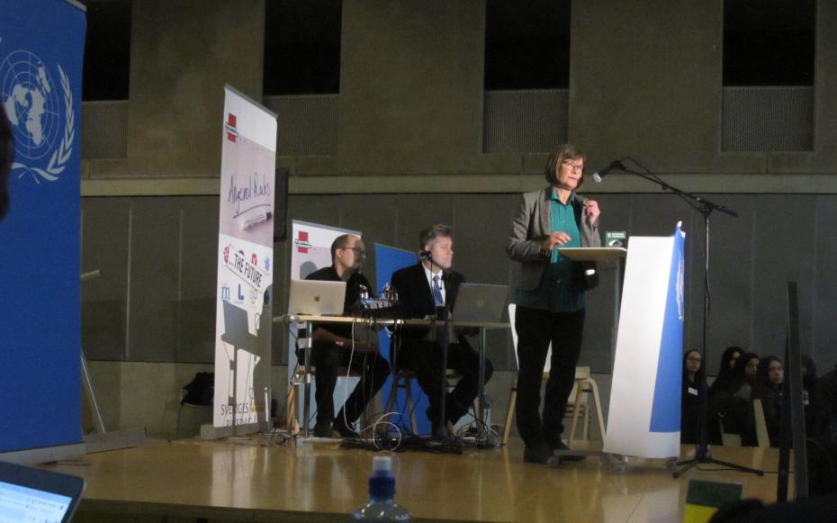 Karin Pleijel (MP) inledde Angeredsgymnasiets FN-rollspel.
