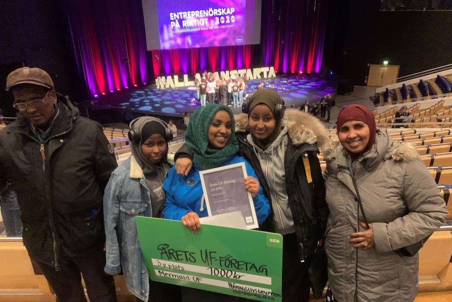 Stolta föräldrar och kamrater kramar om Muna Idow strax efter att tredje priset utropats. Nu blir det SM i Stockholm i maj.