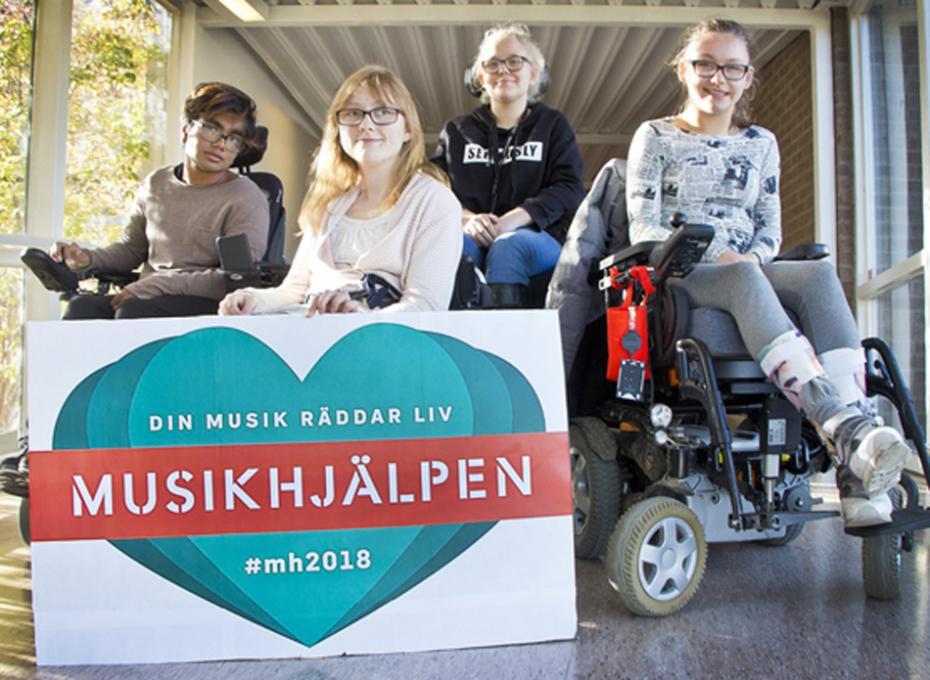 Fr. v. Vendela, Sofia, Wilma och Alice har varit med och planerat Riksgymnasiets insamling till årets upplaga av Musikhjälpen.