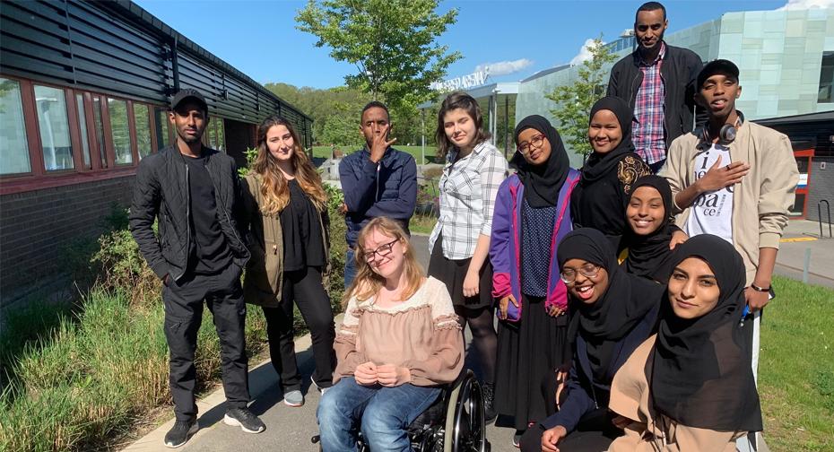 Ny kårstyrelse på plats med Farhan, Shayan, Saciid, Emilia, Hafsa, Amaron, Abdullahi, Aaisha, Hanan och Halil på bänken med Sofia framför och Abdifatah i bakgrunden. Samsam saknas på bilden.