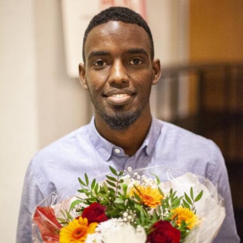 Jibril Hirsi årets stipendiat hos Öppet Hus efter att ha startat en elevkampanj på Angeredsgymnasiet för att informera om Coronaskydd på olika hemspråk.