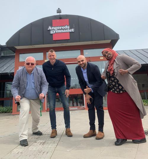 Grattis till SM-framgångarna! Torbjörn Stenson, Johan Sandahl och Wahid Raziullah gratulerar Muna Idow 21 år efter att Wahid tävlade för skolan i samma tävling.