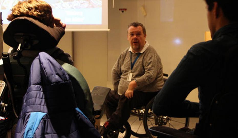 David Lega diskuterar med elever.