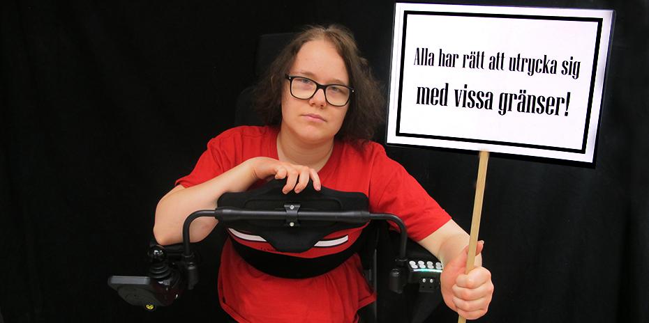 Wilma står med en skylt som det står alla har rätt att utrycka sig med vissa gränser.